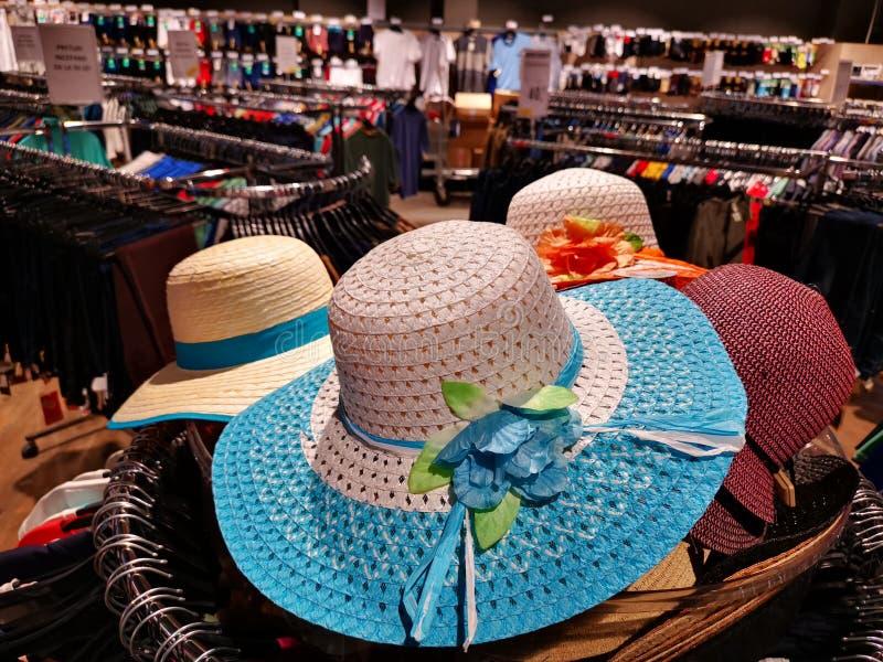 Sombreros de las señoras del verano coloridos - ropa estacional imagenes de archivo