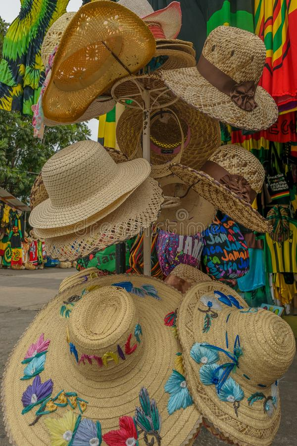 Sombreros del sol de los sombreros de la playa del verano en venta en el mercado del arte fotografía de archivo