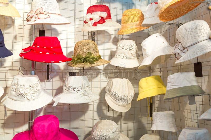 Sombreros femeninos coloridos del verano imágenes de archivo libres de regalías