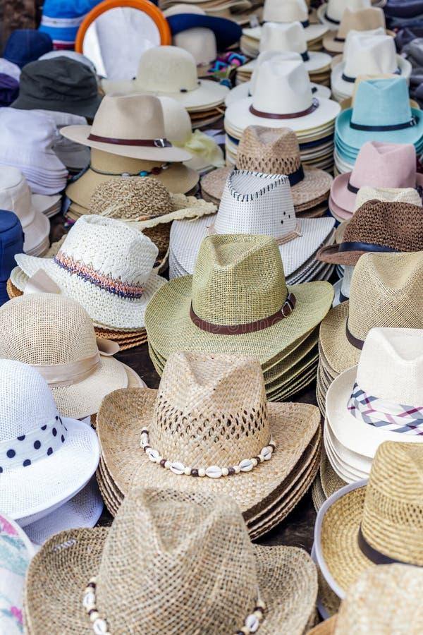 Sombreros hechos a mano en un mercado al aire libre en España imagen de archivo