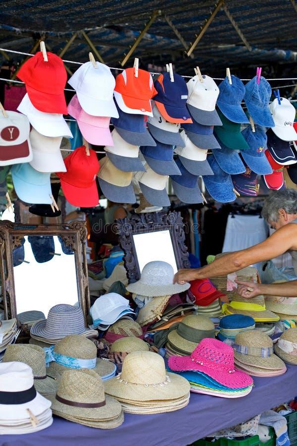 Sombreros para la venta en un mercado español de domingo imagenes de archivo
