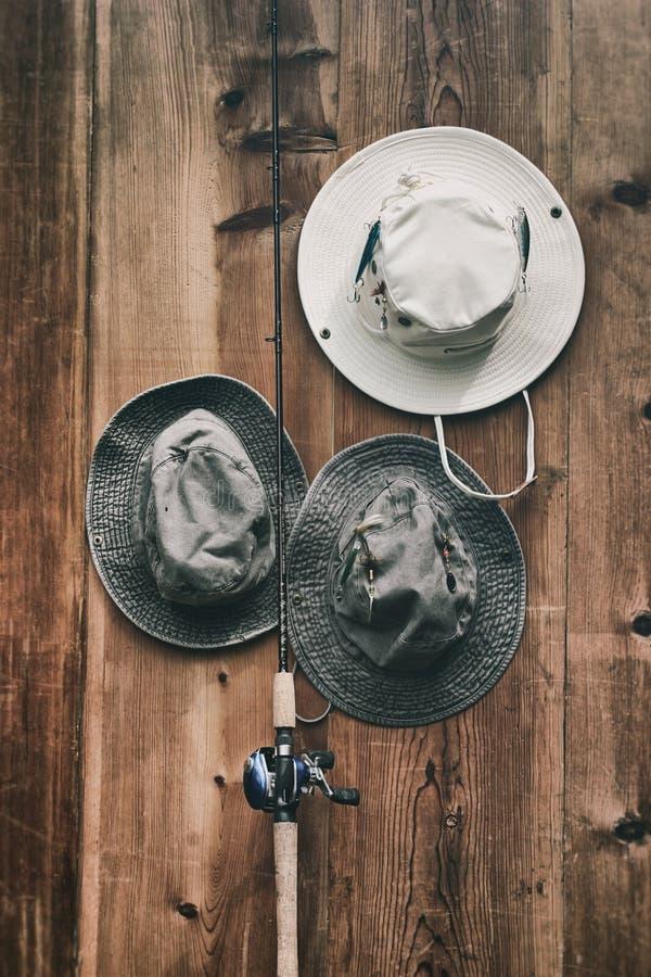 Sombreros y polo de la pesca imágenes de archivo libres de regalías