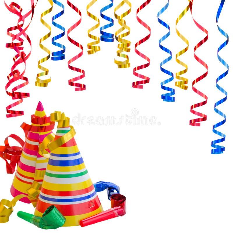 Sombreros y serpentina para la fiesta de cumpleaños fotos de archivo