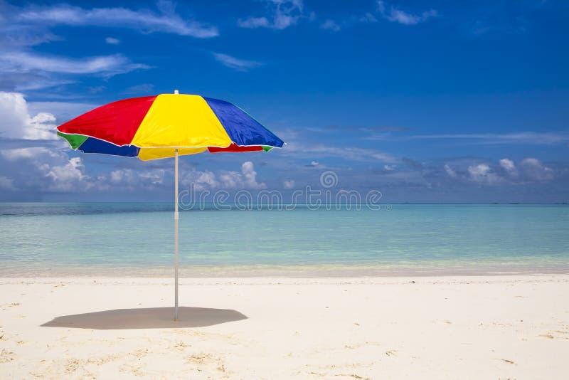 Sombrilla colorida en la playa foto de archivo imagen de parasol cortina 27411280 - Sombrilla playa ...