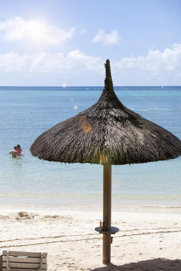 Sombrilla de la paja en la playa fotografía de archivo