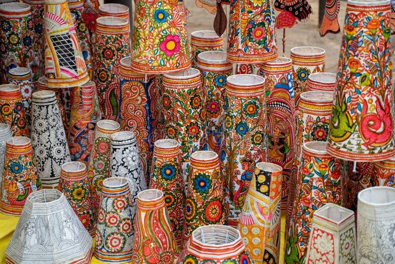 Sombrillas de colores vivos a la venta en Surajkund Crafts Mela en Faridabad India fotografía de archivo libre de regalías