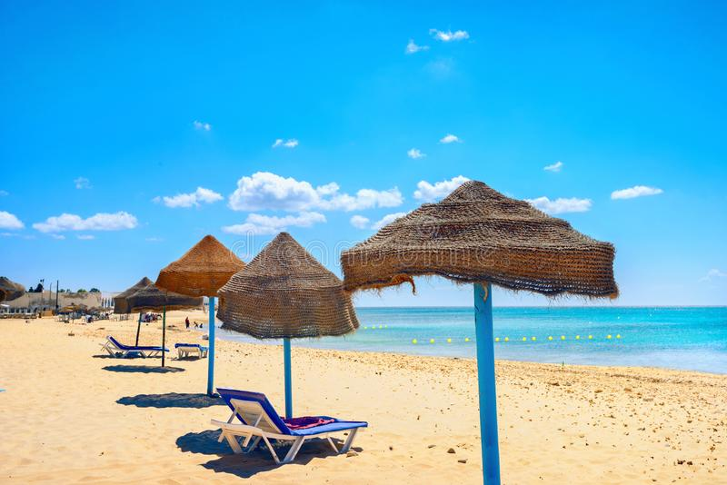 Sombrillas en la playa durante el día soleado en Nabeul. Túnez, África del Norte imagenes de archivo