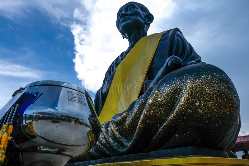 Somdej菩萨jarn Toh雕象最大在wat棕褐色世界jed yod 采取在Prachuap Khiri Khan,泰国 免版税库存照片
