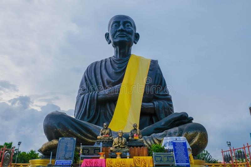 Somdej菩萨jarn Toh雕象最大在wat棕褐色世界jed yod 采取在Prachuap Khiri Khan,泰国 图库摄影