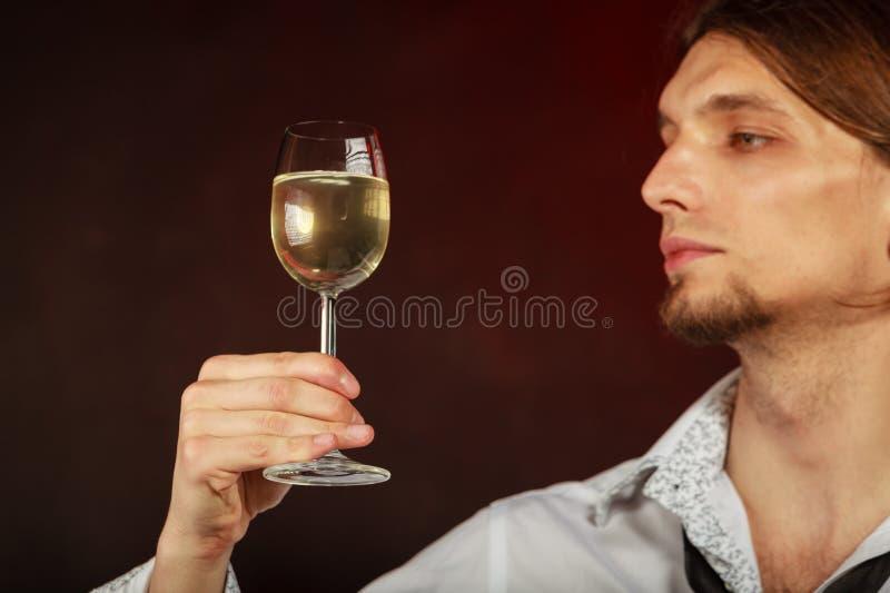 Somellier som kontrollerar vinkvalitet royaltyfri fotografi
