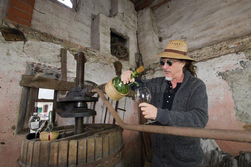 Somellier vinflaska arkivbild