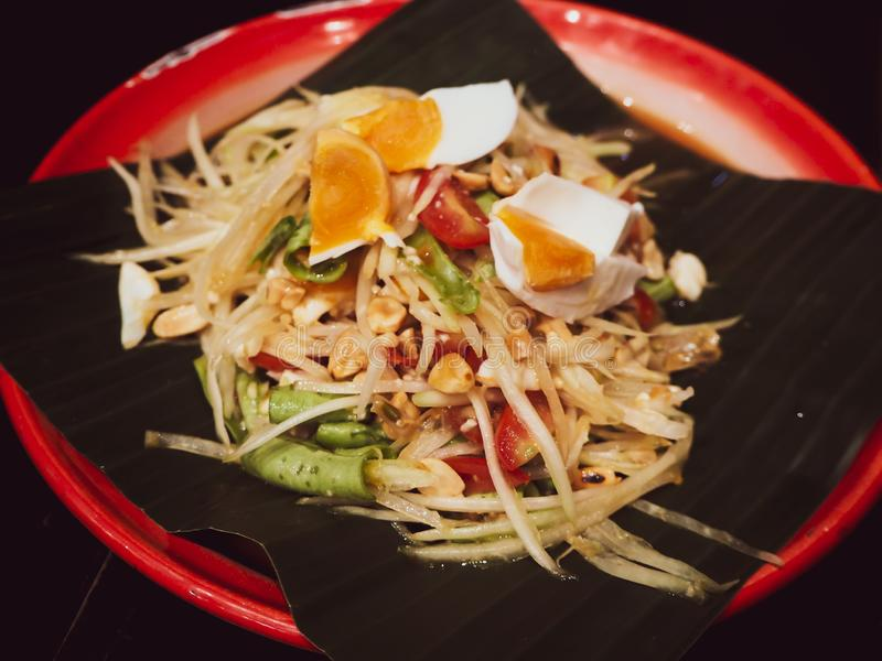 Somen Tam Thai Green Papaya Salad över bananbladserve med ägget den bästa smaskiga läckra matmenyn måste försöka loppet Asien Tha royaltyfria foton