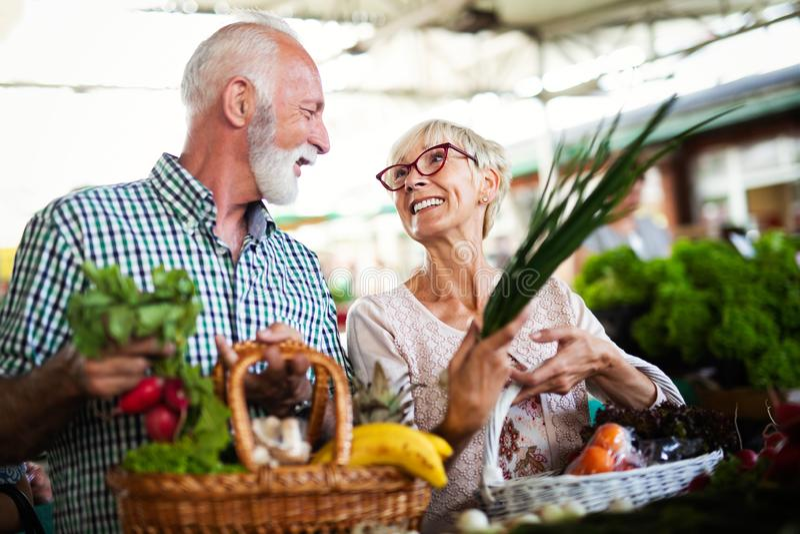 Somente as melhores frutas e legumes Alimentos frescos de compra dos pares superiores bonitos no mercado foto de stock