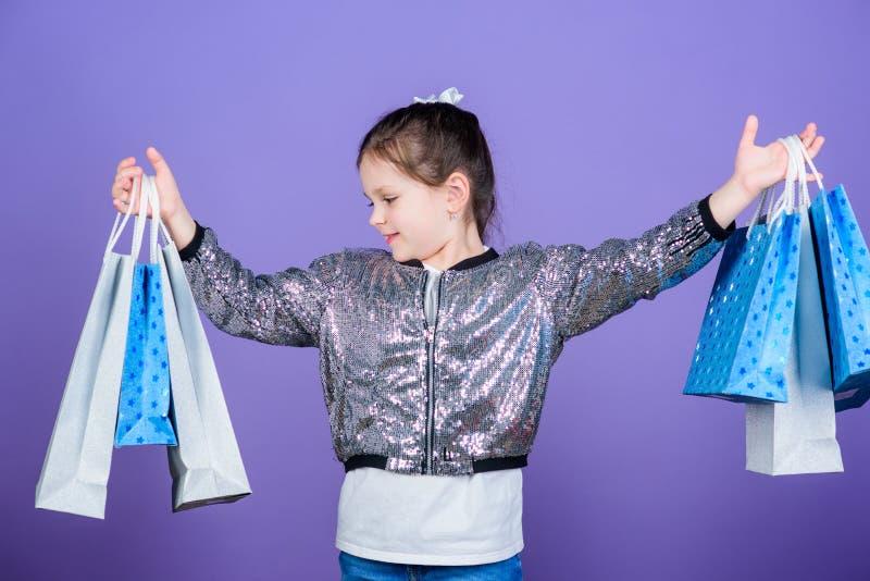 Somente de um dia Grande oferta Oferta especial Economia da compra do feriado Menina pequena com sacos de compras Vendas e discon fotos de stock royalty free