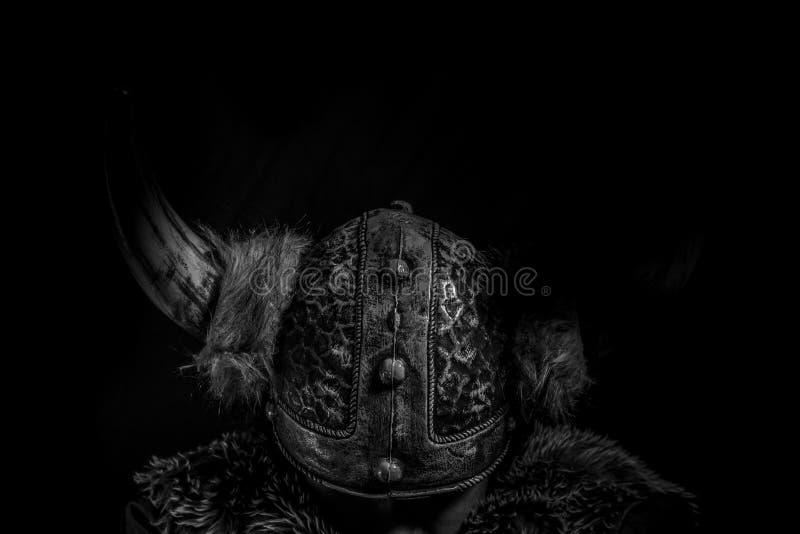 Somente, guerreiro do traje, do Viking com uma espada enorme e capacete com fotos de stock royalty free