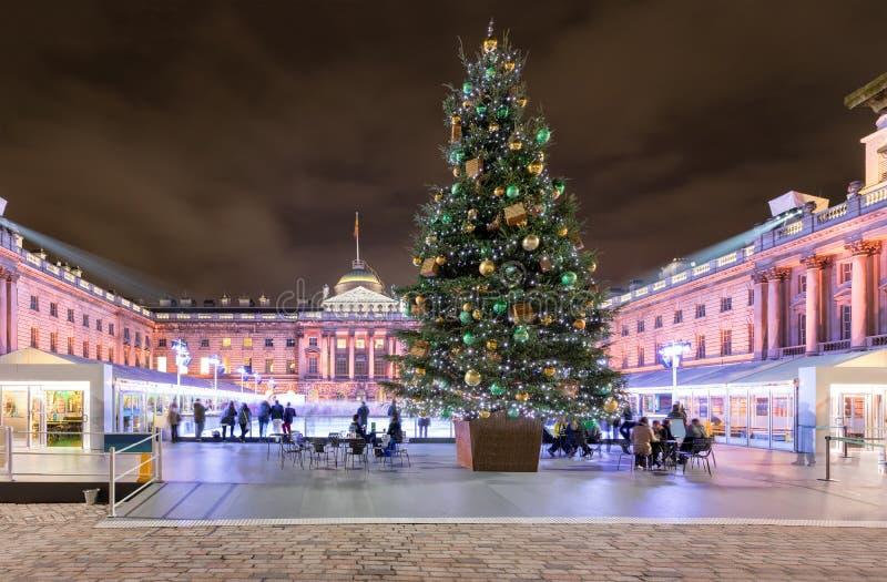 Somerset House in London mit einem Weihnachtsbaum und einer Eisbahn stockfotografie