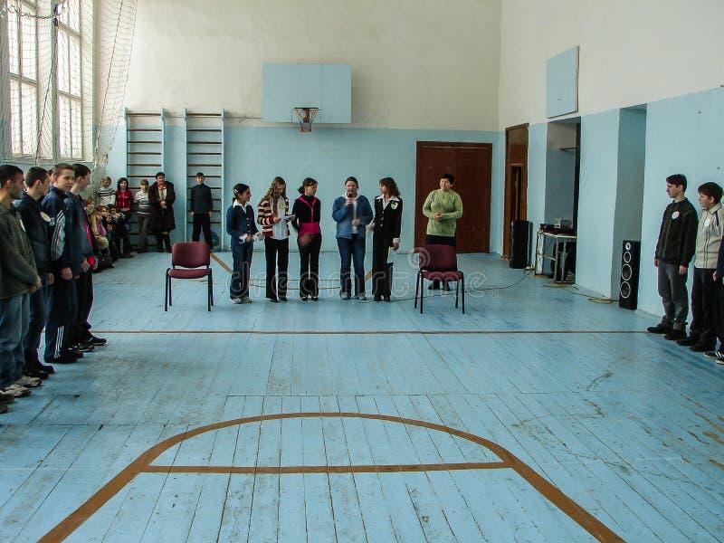Someta a interrogatorio el cerebro-anillo en una escuela rural en la región de Kaluga en Rusia fotos de archivo