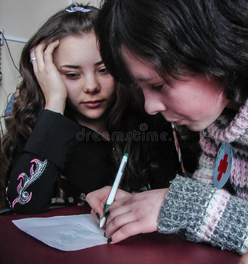 Someta a interrogatorio el cerebro-anillo en una escuela rural en la región de Kaluga en Rusia imagen de archivo libre de regalías