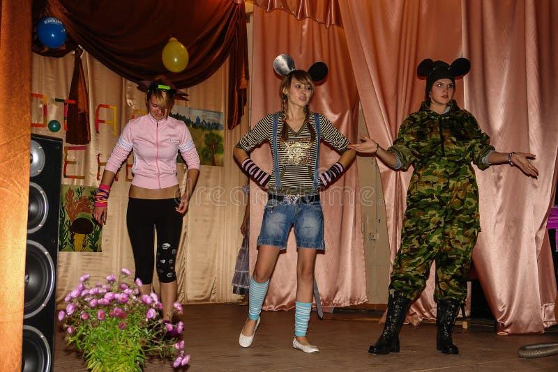 Someta a interrogatorio el cerebro-anillo en una escuela rural en la región de Kaluga en Rusia fotografía de archivo libre de regalías