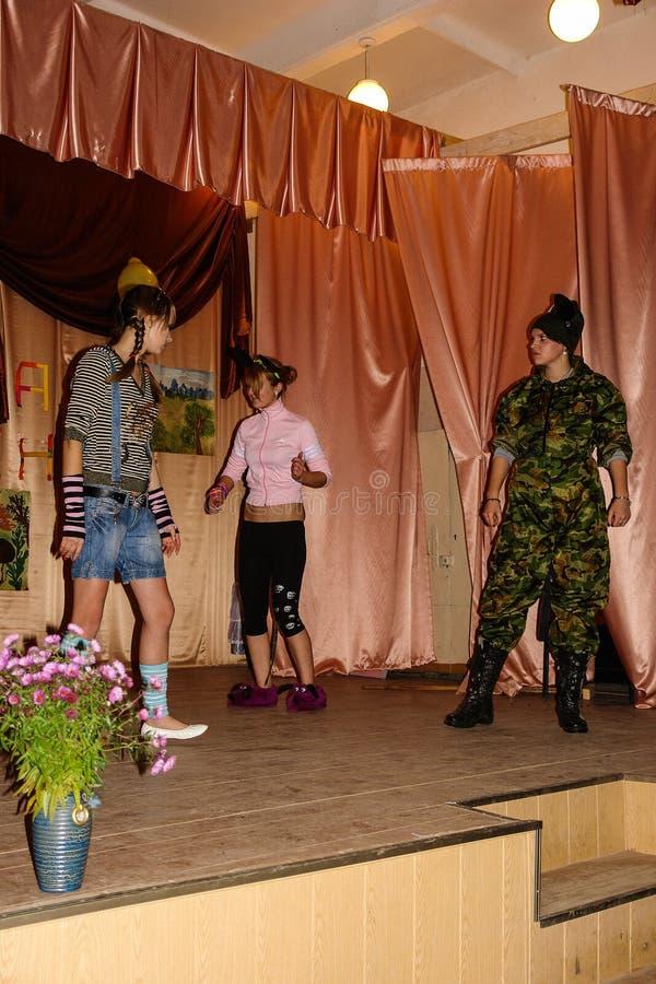Someta a interrogatorio el cerebro-anillo en una escuela rural en la región de Kaluga en Rusia imágenes de archivo libres de regalías