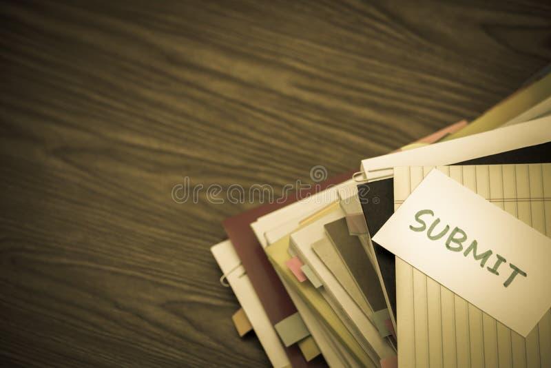 Someta; La pila de documentos de negocio en el escritorio imagenes de archivo
