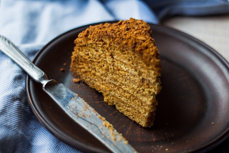 Someta una torta de miel con la arena y las nueces de la crema agria fotos de archivo libres de regalías