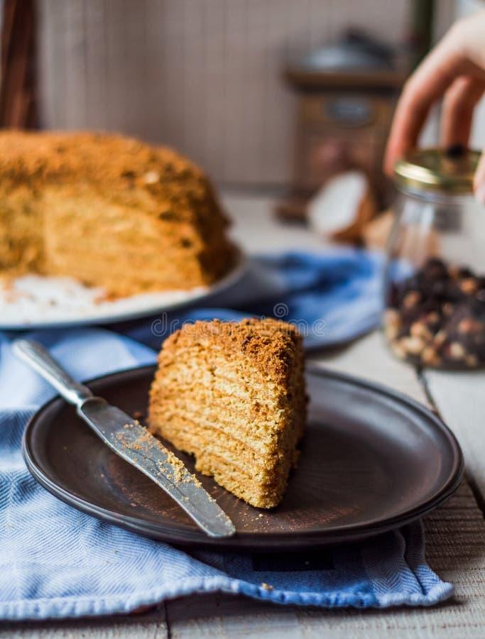 Someta una torta de miel con la arena y las nueces de la crema agria imagen de archivo libre de regalías