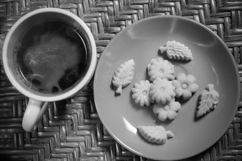 Somma tailandese Pun Nee di Kanom del dessert con il caff? caldo di mattina immagini stock