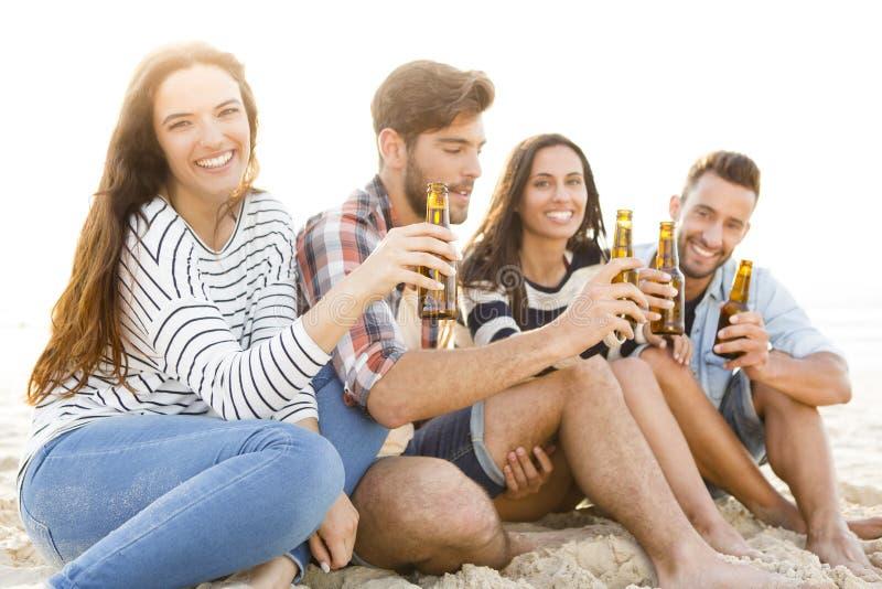 Sommar är bättre med ett kallt öl royaltyfri foto