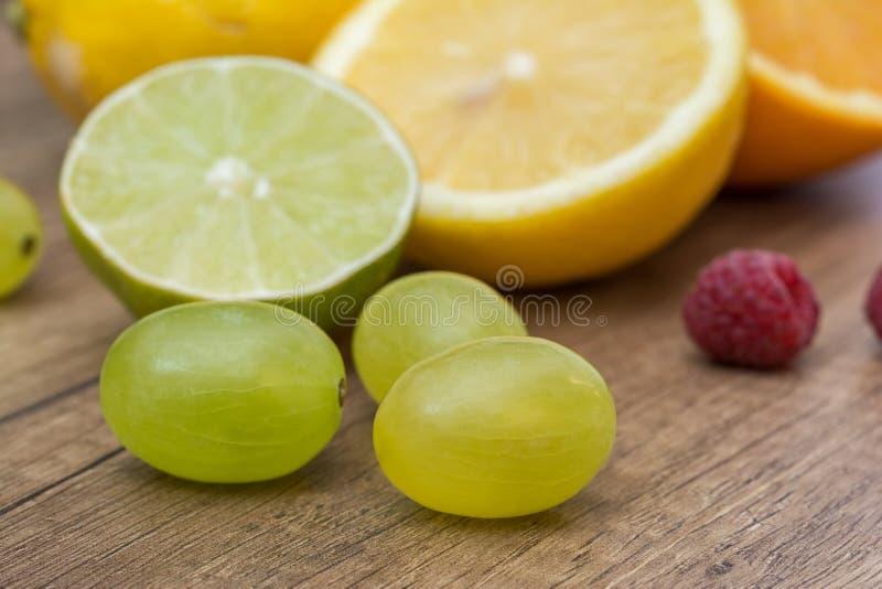 Sommar bär frukt druvor och apelsiner royaltyfri bild