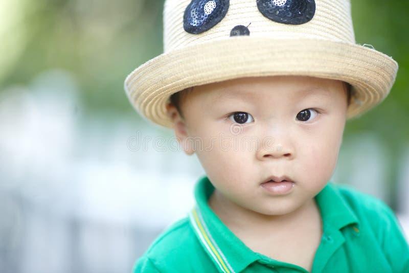 Sommar behandla som ett barn pojken royaltyfri bild