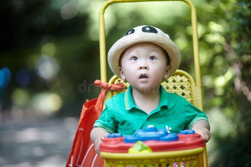 Sommar behandla som ett barn pojken arkivfoto