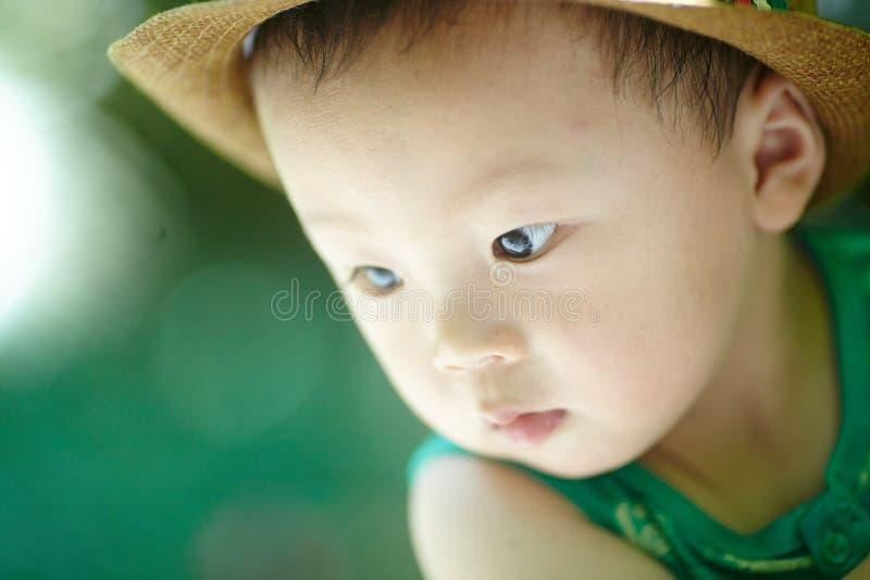 Sommar behandla som ett barn pojken royaltyfria foton