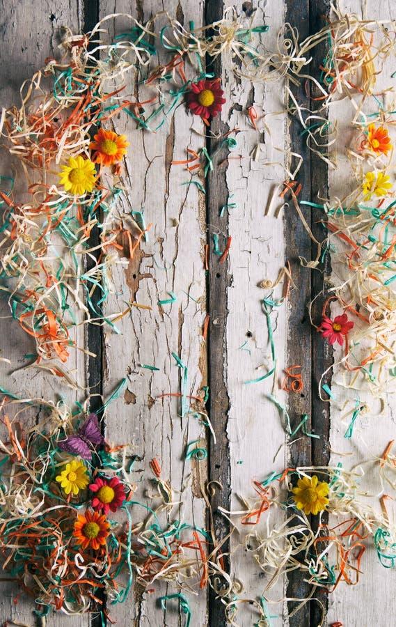 Sommar: Blommor och konfettigränsmitt Copyspace arkivfoton
