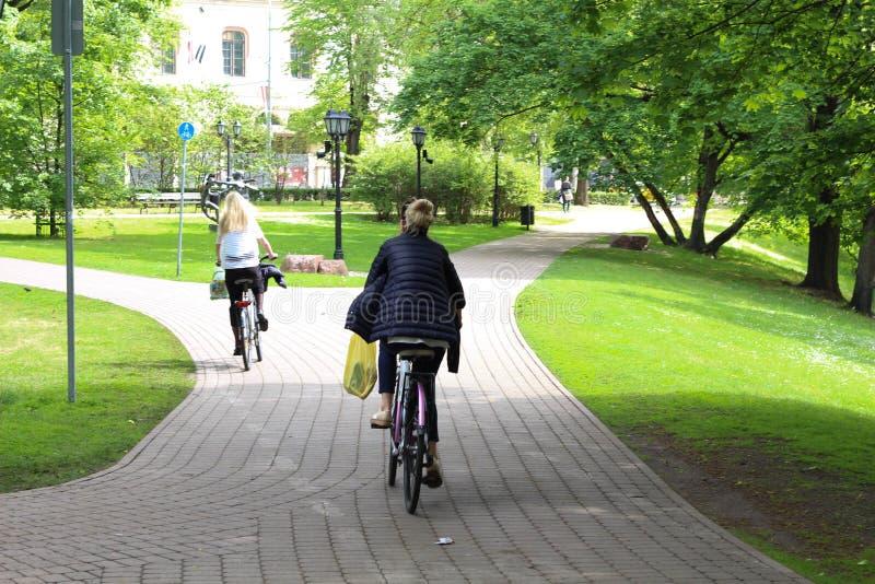Sommar Cykelväg i stad riga latvia royaltyfria bilder