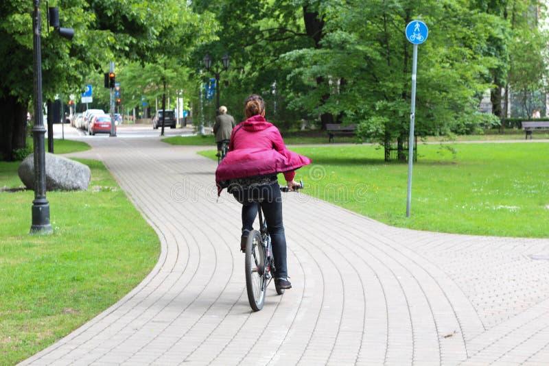 Sommar Cykelväg i stad riga latvia arkivfoto