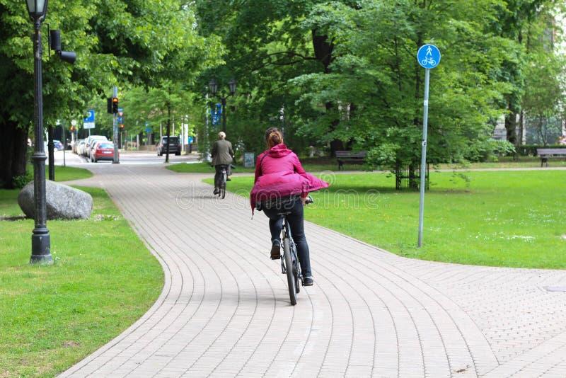 Sommar Cykelväg i stad riga latvia arkivbilder