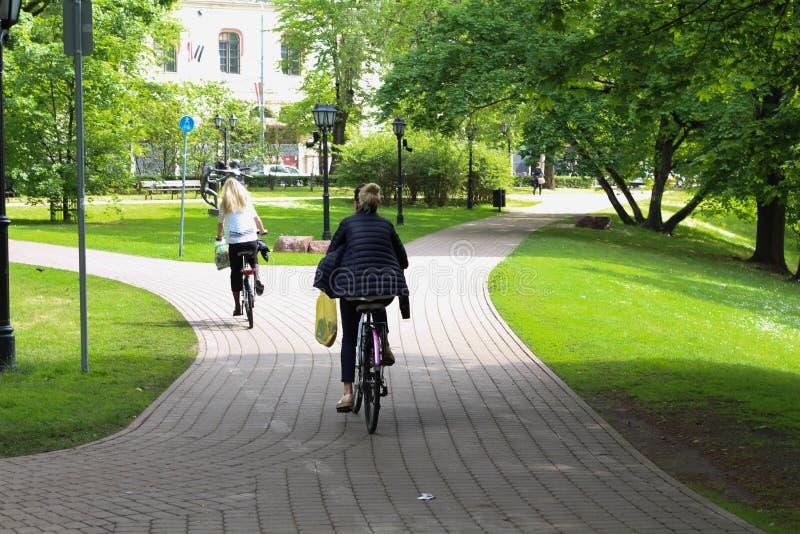 Sommar Cykelväg i stad riga latvia fotografering för bildbyråer