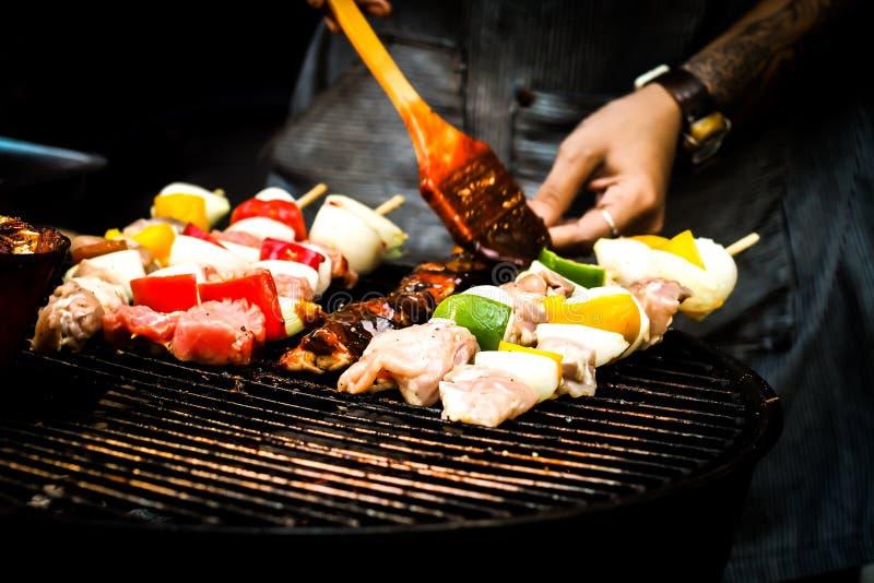 Sommar- eller vårgrillfest utomhus som är nära upp munnen som bevattnar den gourmet- grillfesten på träskärbräda på tabellen fotografering för bildbyråer