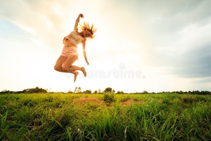 sommar för banhoppning för fältfrihetsflicka royaltyfri fotografi