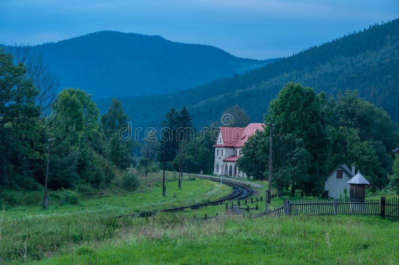 Sommar för bergdaljärnvägsstation royaltyfria foton