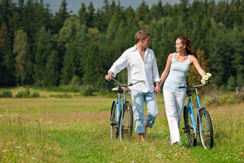 sommar för romantiker för cykelparäng fotografering för bildbyråer