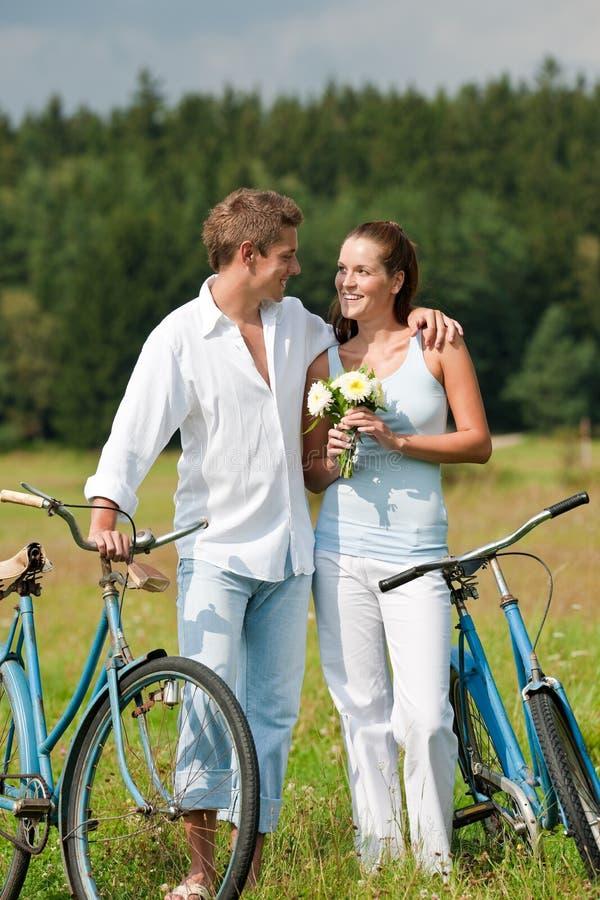 sommar för romantiker för cykelparäng royaltyfri bild
