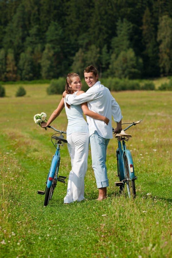 sommar för romantiker för cykelparäng arkivbilder