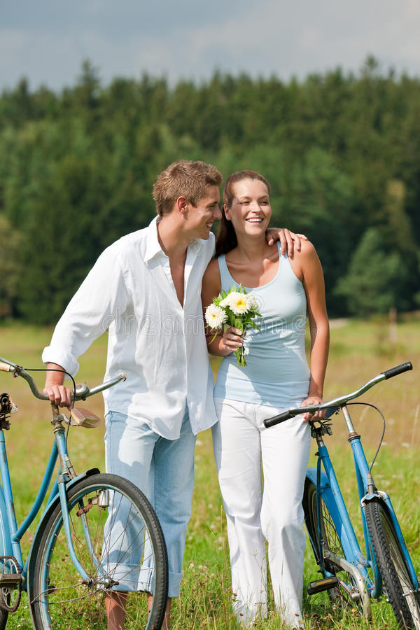 sommar för romantiker för cykelparäng arkivfoto