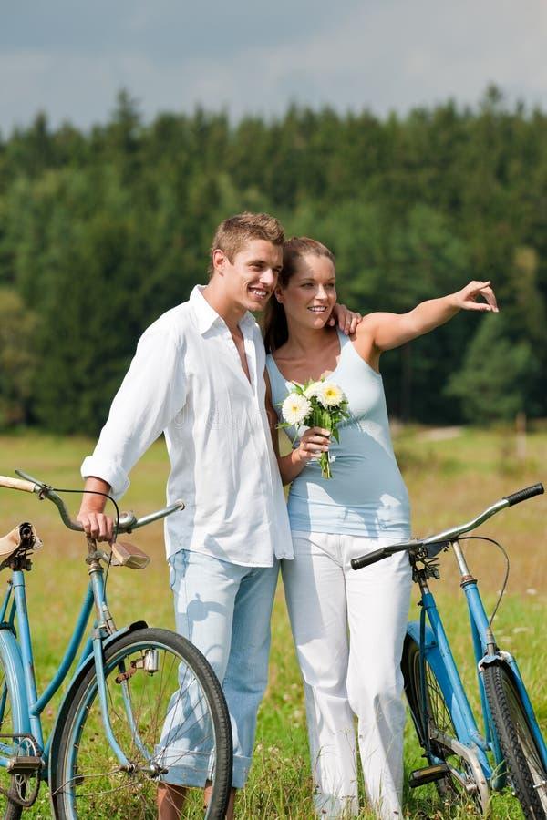 sommar för romantiker för cykelparäng arkivfoton