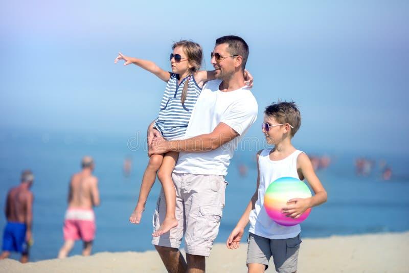 Sommar familjbegrepp fotografering för bildbyråer