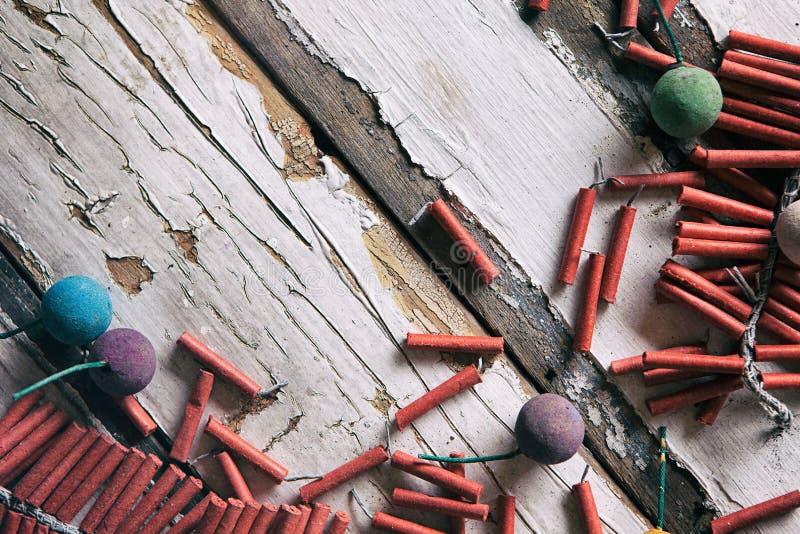 Sommar: Firecrackers och rök bombarderar Surround Copyspace arkivfoto