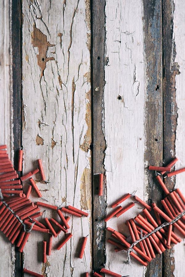 Sommar: Firecrackers på riden ut Wood bakgrund arkivfoto