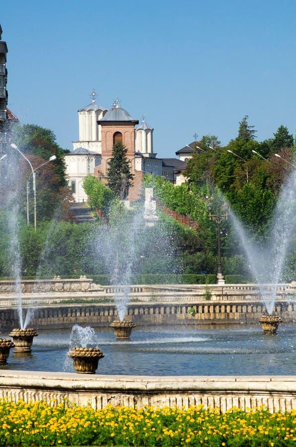 Sommar i Bucharest - patriark- domkyrka arkivfoton